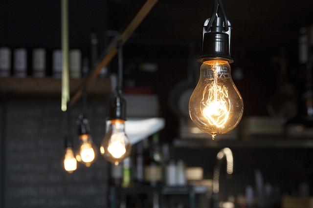 Elektřina zlevňuje. Platíte za ni méně?