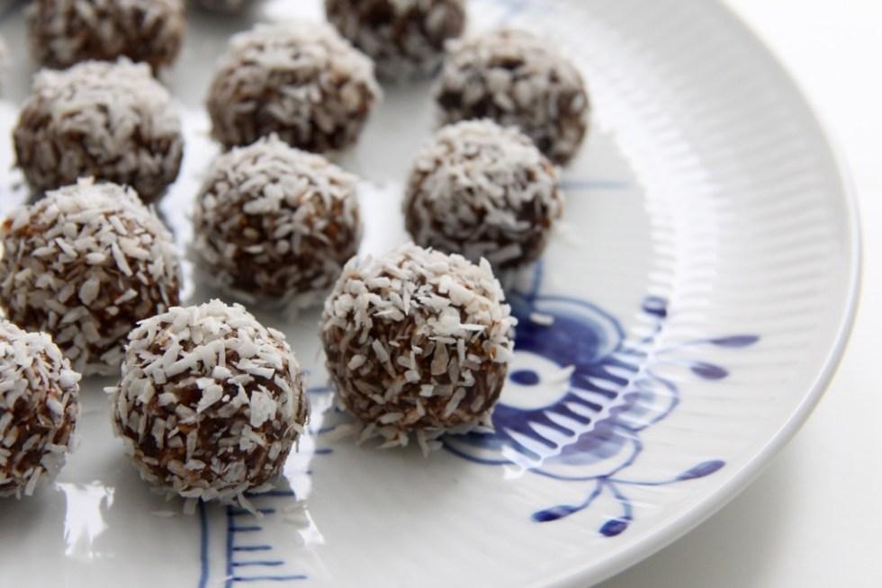 Figenkugler med dadler og chokolade - opskrift