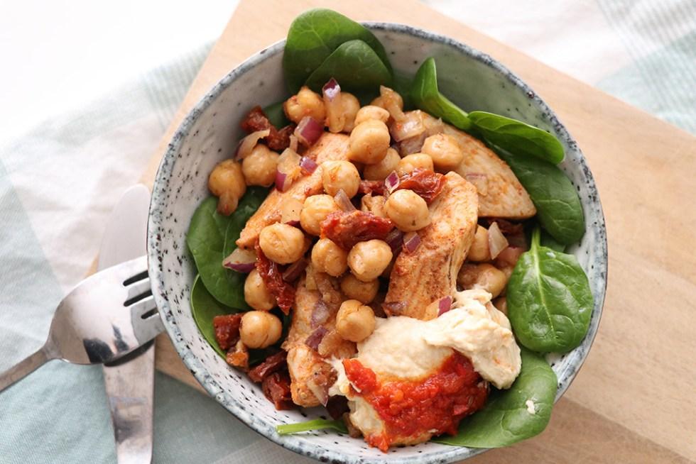 Proteinsalat med kylling, kikærter og humus - opskrift