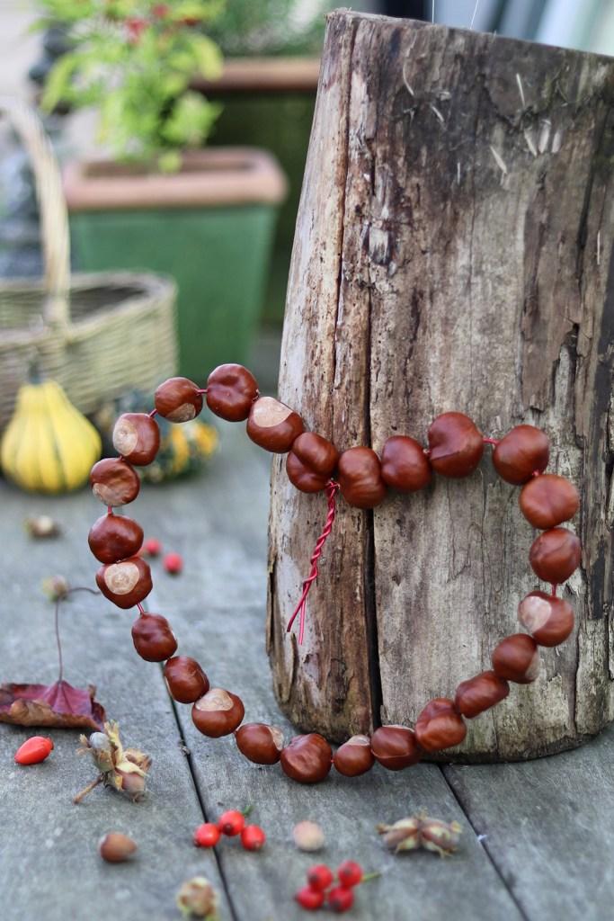 Hjerte af kastanjer diy - til en kreativ efterårsdekoration