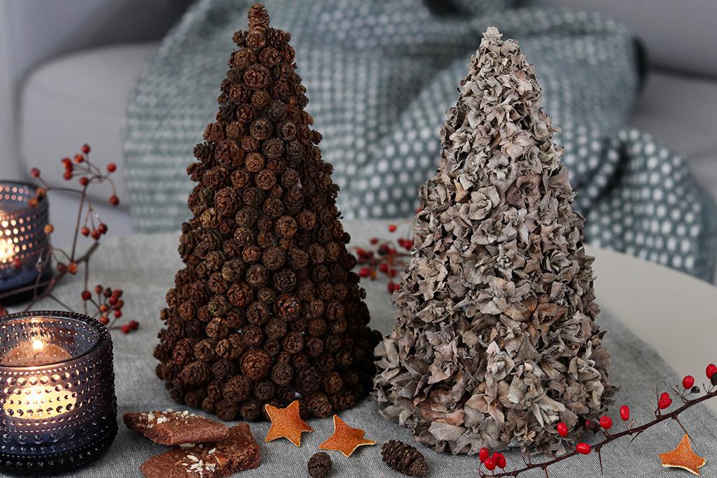 Julepynt af naturmaterialer - smukke juletræer af ellekogler og skagenroser
