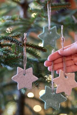Hjemmelavede til og fra kort og hyggelig juletræspynt af Cernit