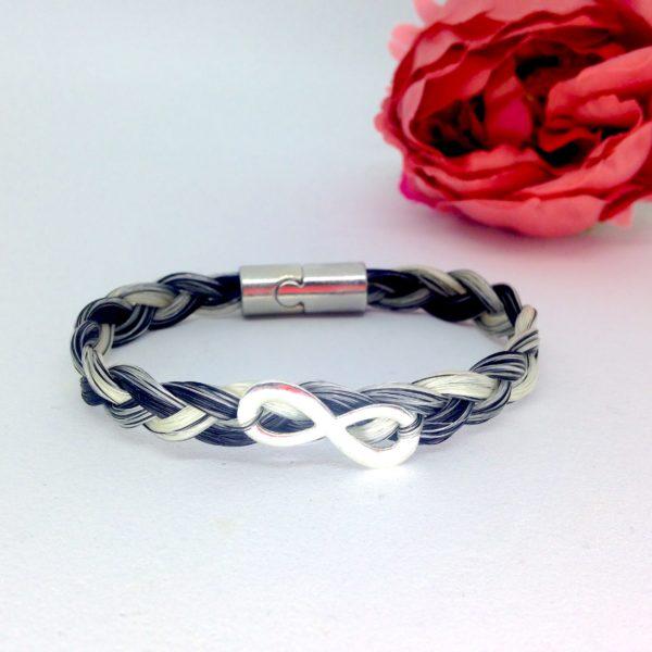 Bracelet en crins avec signe infini posé sur une tresse simple
