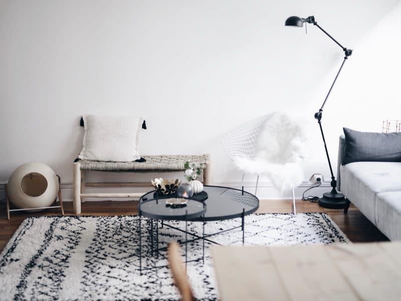 Décoration salon salle à manger table DIY bois brut pieds métal banc marocain