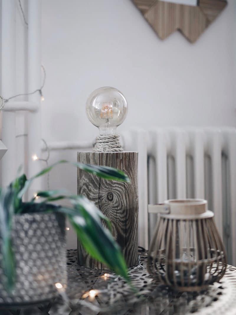 Décoration salon salle à manger table DIY bois brut pieds métal lampe