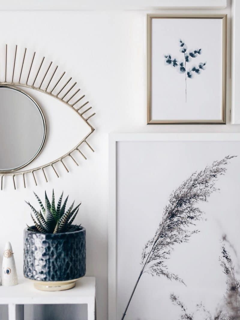 Mon atelier création bijoux affiches Desenio, miroir oeil et cactus cactus