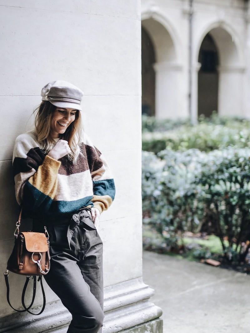 Idée look femme automne pull color block pantalon taille haute casquette de marin et mini sac à dos Chloé Faye