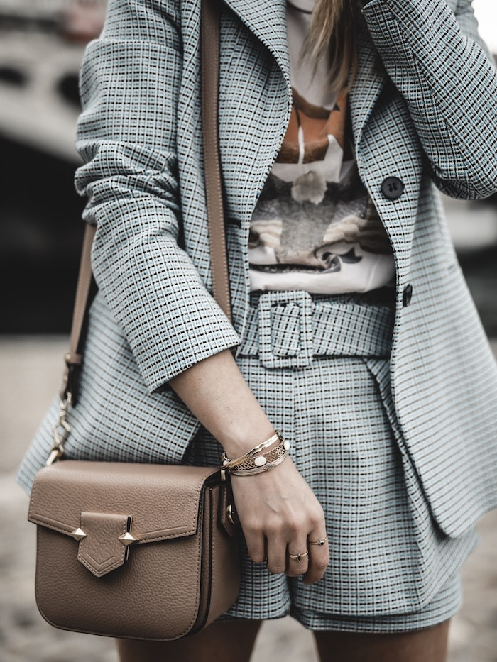 Look inspiration femme blazer short Maje tee shirt Anine Bing sac Pourchet Paris blog mode Lyon France By Opaline
