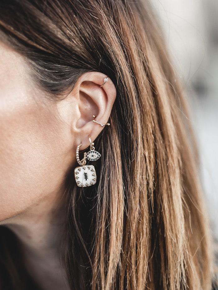 Idée look inspiration tenue femme 2020 accumulation bijoux boucles d'oreilles et faux piercings Maria Pascual blog mode Lyon France By Opaline