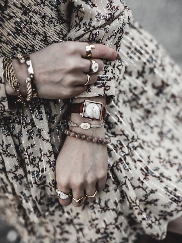 Inspiration mode look femme 2020 fashion accumulation bijoux montre Charlie Watch