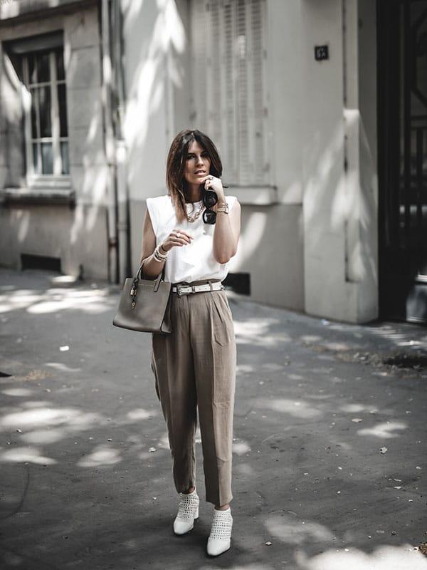 Inspiration mode look femme 2020 fashion tee-shirt blanc structuré, pantalon beige et bottines tressées