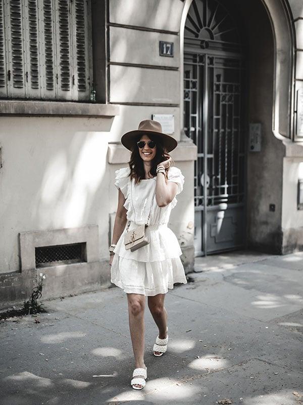 Inspiration mode look femme 2020 fashion robe lin blanc Ay.the label x lisa germaneau, mules tressées et sac raphia JW Anderson