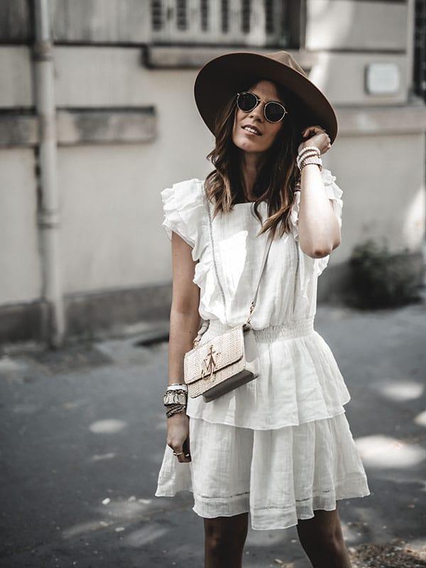 Inspiration mode look femme 2020 fashion robe lin blanc Ay.the label x lisa germaneau et sac raphia JW Anderson