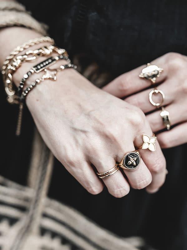 Inspiration mode look femme 2020 fashion accumulation bijoux bracelets et bagues Cabirol