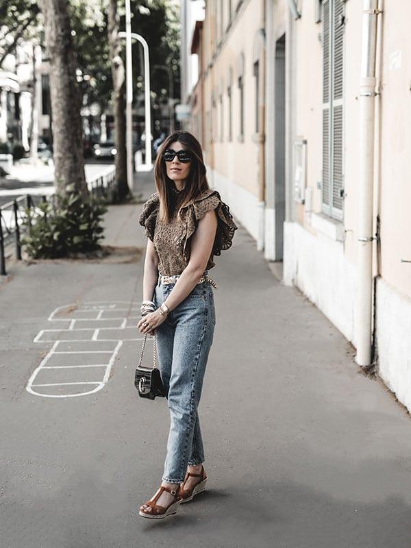 Inspiration mode look femme 2020 fashion top volants, mom jean, sac Chloé C et compensées Escadrille Paris