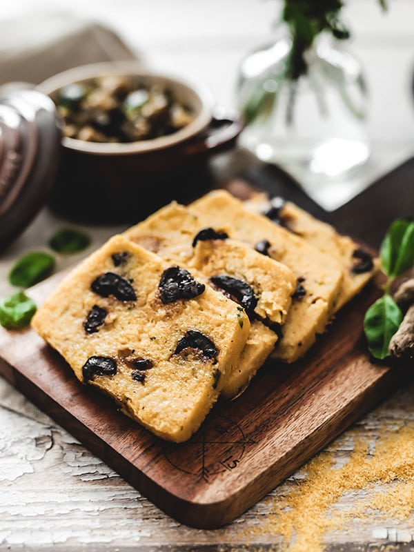 Recette vegan végétarienne polenta grillée olives noires et basilic