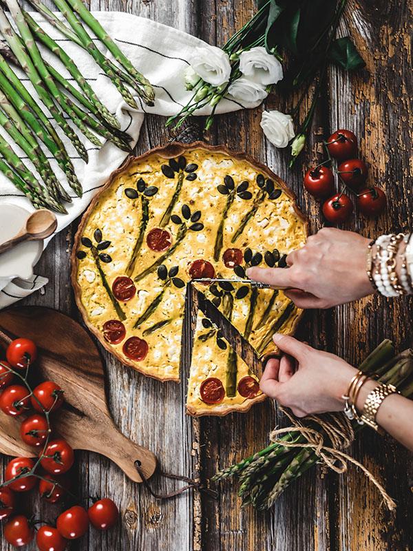 Recette végétarienne quiche décorée curcuma asperges feta