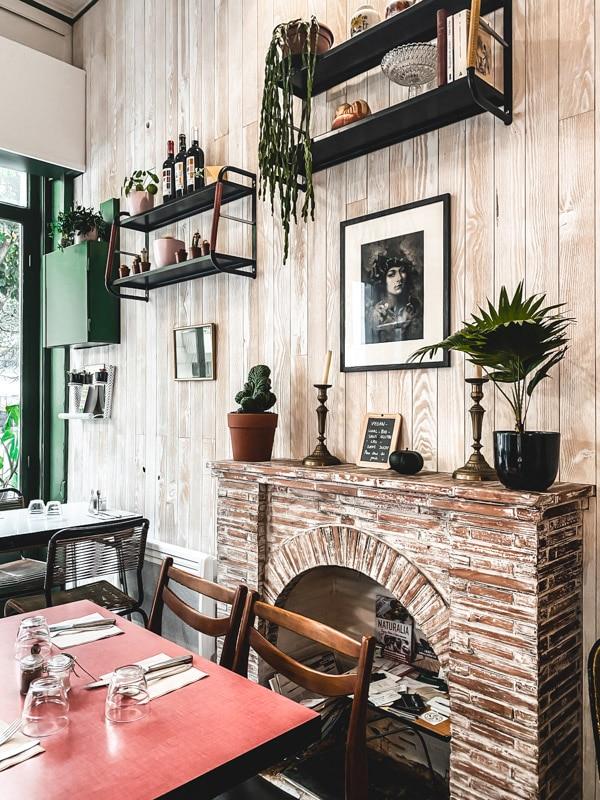 Manger végétarien ou vegan au pays basque, mes meilleures adresses. La jolie déco de chez Xuxu Biarritz.