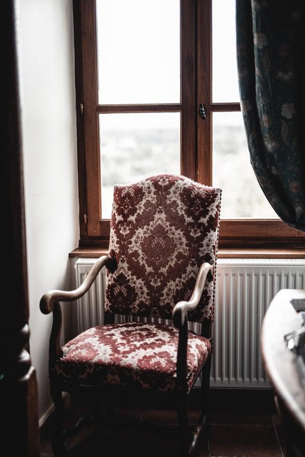 Un séjour ou un week-end au Château de Chapeau Cornu vers Lyon - Le fauteuil de la chambre au style d'époque