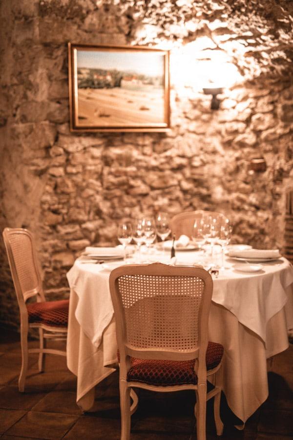 Un séjour ou un week-end au Château de Chapeau Cornu vers Lyon - la salle du restaurant gastronomique Le Capella et sa voûte en pierres