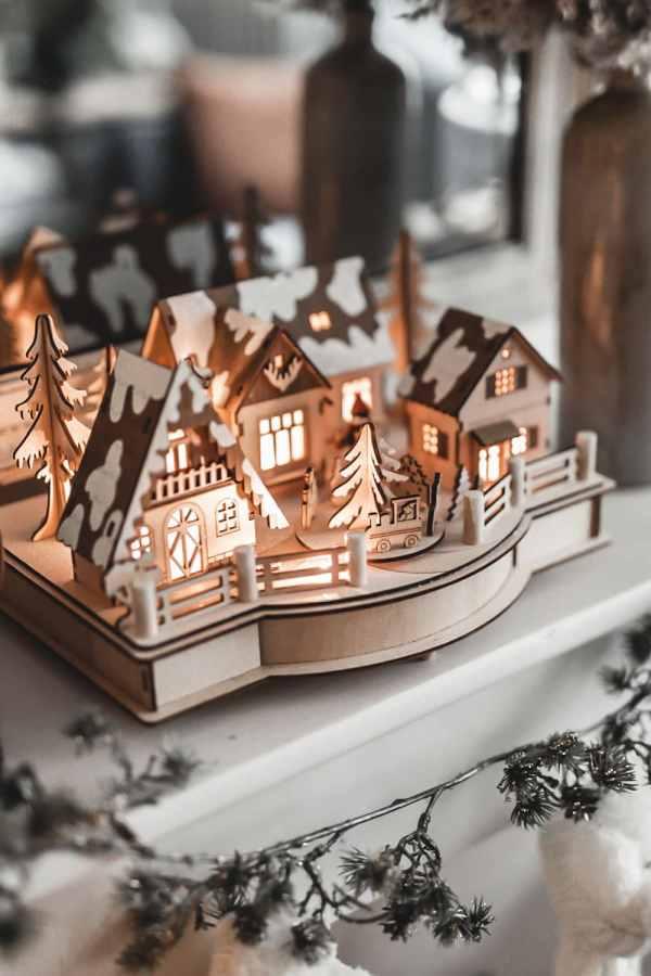 Village de Noël enneigé et illuminé en bois miniature. Esprit de Noël.
