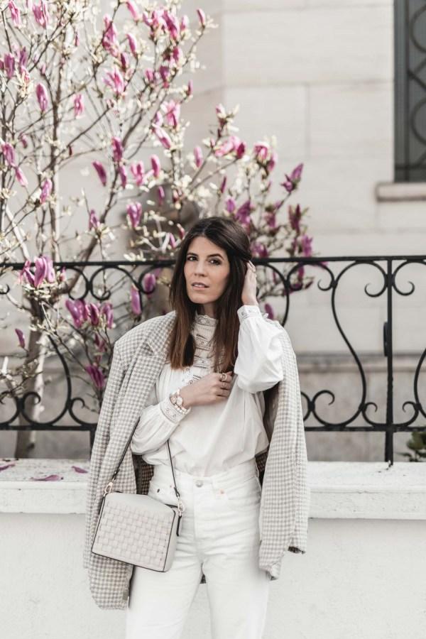 Idée look inspiration femme beige blanc avec la bouse Sézane Bamba et le sac Pourchet Paris Cassetta