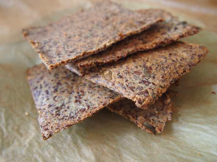 recept: super knapperige quinoa crackers met zonnebloempitten - bysam