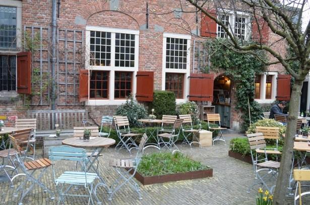 De Koffieschenkerij Amsterdam centrum wallen lunch taart thee fris