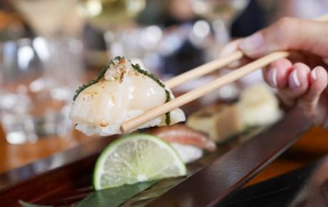 Sushi eten, zo doe je het op de juiste manier