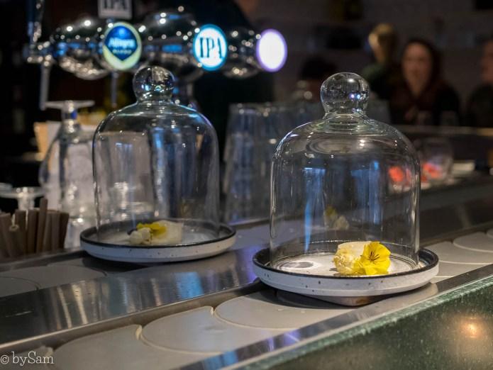 Kaasbar Amsterdam lopende band met kazen
