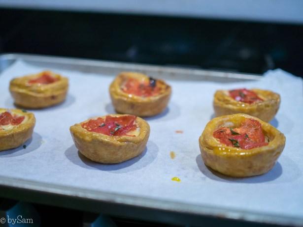 Bakken mini taartjes met cheddar en tomaat
