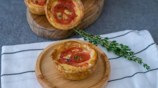 Mini pasteitjes met cheddar, ui en tomaat. Te gek als borrelhapje.