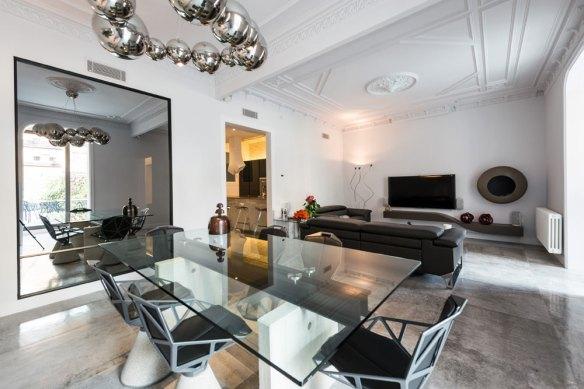 Salón con comedor de diseño. Espejo grande. Reforma Eixample Barcelona.
