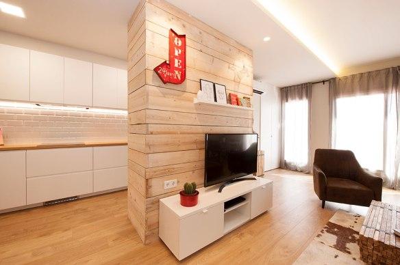 Estructura de tablones de madera para serpar ambientes. zona tv - cocina. Sincro