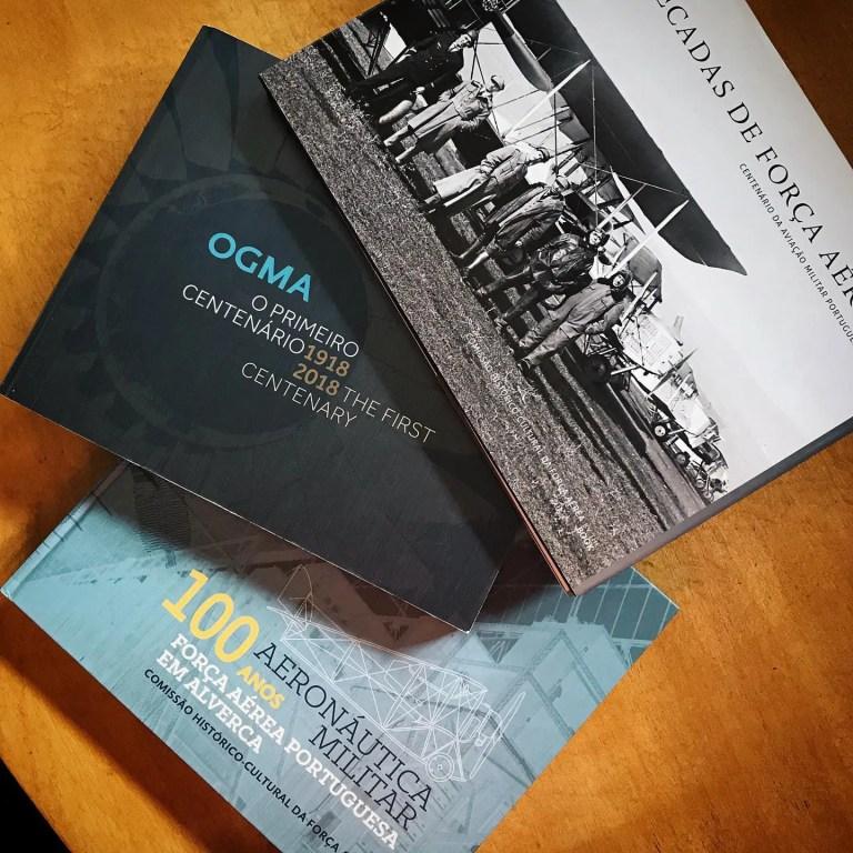 O que é que estes livros têm em comum? São edições comemorativas, onde instituiç…