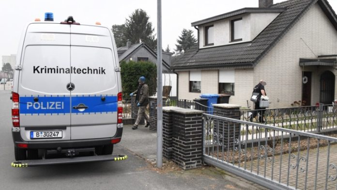The forensic vehicle was parked in front of the house in Maurerweg in Britz for several hours (Photo: Timo Beurich)