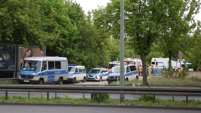 Polizei sprengt FlaschenBombe an Bahnstrecke in Lichtenberg  BZ Berlin