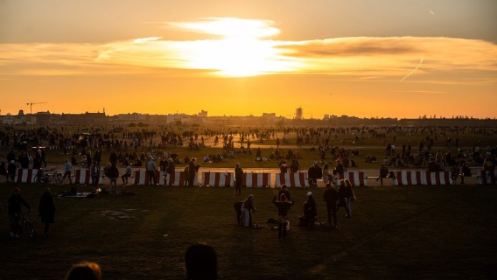 Many Berliners enjoy the setting sun on Tempelhofer Feld (Photo: Christophe Gateau / dpa)