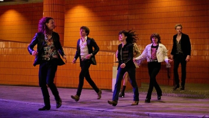 Christiane (Jana McKinnon), Stella (Lena Urzendowsky), Babsi (Lea Drinda), Axel (Jeremias Meyer), Benno (Michelangelo Fortuzzi) and Michi (Bruno Alexander) throw themselves into the intoxicating nights of Berlin (Photo: picture alliance / Constantin Television )