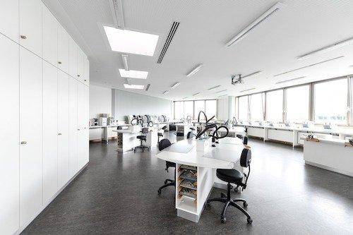 Einer der Werkstatträume der Berufsschule für Augenoptik München. Maximal 16 Schülerinnen und Schüler werden hier von einer Lehrkraft gleichzeitig unterrichtet.