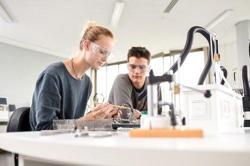 Alle Lötarbeitsplätze der Münchener Berufsschule für Augenoptik sind mit einer Absauganlage ausgestattet, damit die Schülerinnen und Schüler keinesfalls ggf. schädlichen Emissionen ausgesetzt sind.