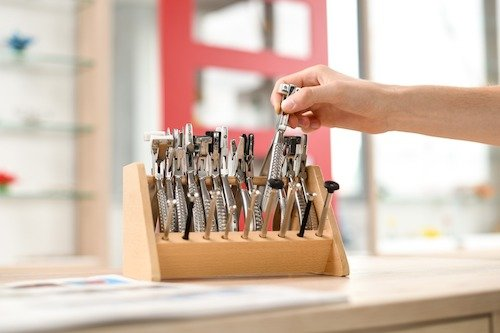 Alle für den praktischen Unterricht notwendigen Maschinen, Geräte und auch Kleinwerkzeuge werden von der Schule bereitgestellt.
