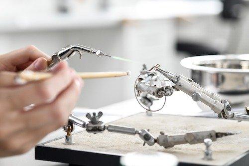 Da es in Bayern für die Augenoptik keine überbetriebliche Ausbildung gibt, wird das Löten mit dem Hydrozon-Gaslötgerät im schulischen Werkstatt-Unterricht an der Berufsschule für Augenoptik noch einmal vertieft.