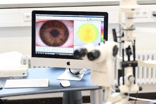 In der Kontaktlinsenabteilung der Münchener Fachschule für Augenoptik sind alle 10 Anpasseinheiten mit aktuellen Keratographen ausgestattet.