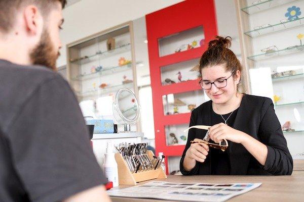 Brillenanpassung in der Berufsschule für Augenoptik München.