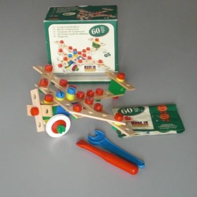 un jeux de construction en bois et plastique bookmark verlag heros