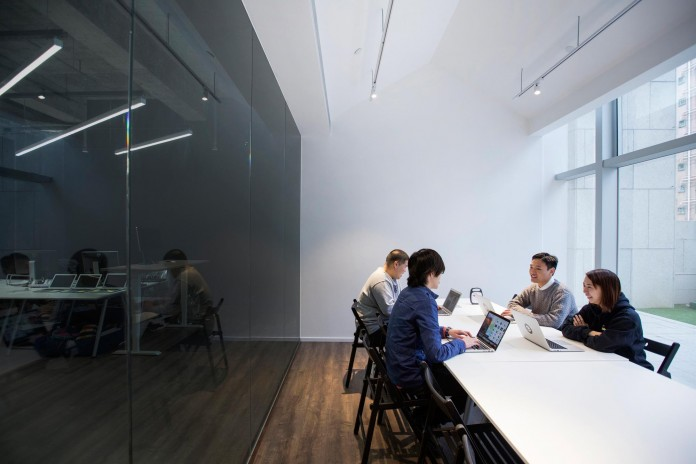 Minimalist-black-and-white-interior-of-9GAG-Office-in-Hong-Kong-designed-by-LAAB-Architects-12