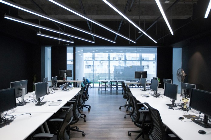 Minimalist-black-and-white-interior-of-9GAG-Office-in-Hong-Kong-designed-by-LAAB-Architects-14
