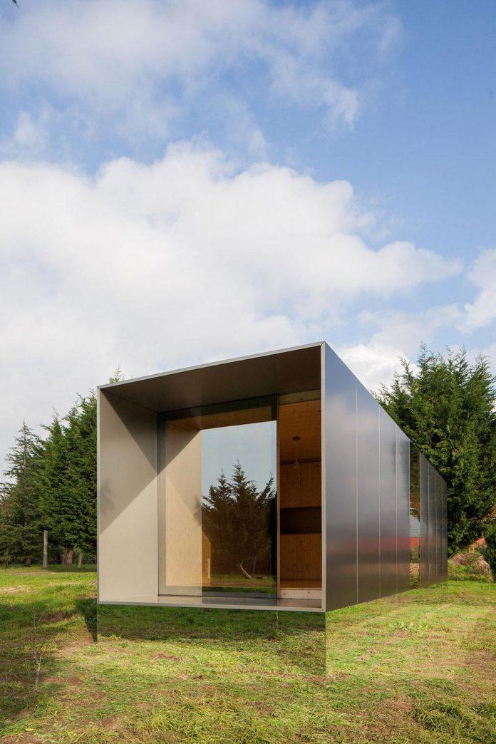 mima-light-minimal-modular-construction-seems-levitate-ground-due-lining-base-mirrors-08