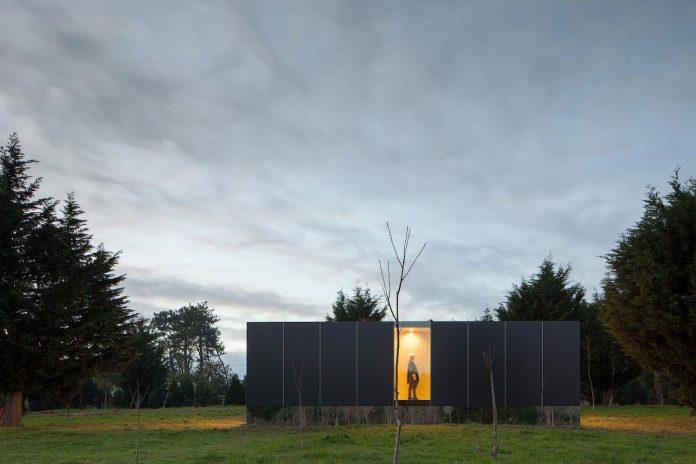 mima-light-minimal-modular-construction-seems-levitate-ground-due-lining-base-mirrors-21